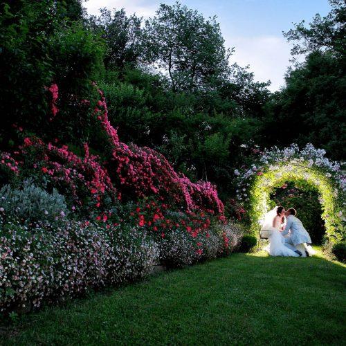 Fotografo matrimonio Rocca d Ajello, wedding photographer Marche, fotografia nozze Macerata, foto sposi Torre di Palme a Fermo, bacio nel giardino del castello