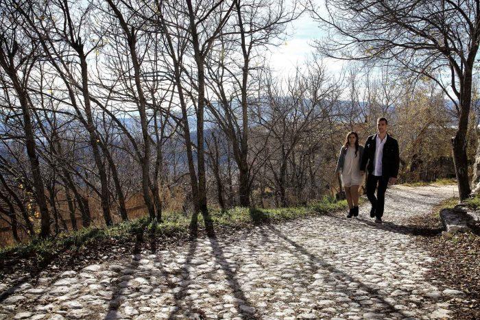 Servizo prematrimoniale a Rocca Calascio percorso tra gli alberi