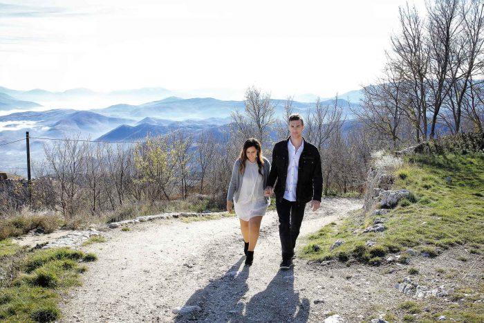 Servizo prematrimoniale a Rocca Calascio coppia mano per mano
