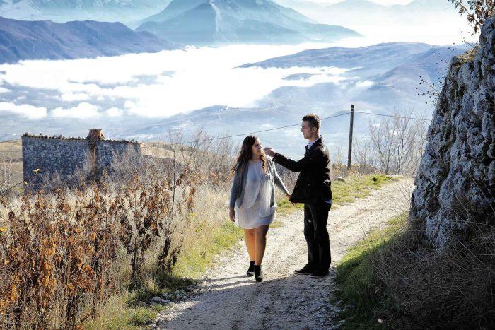 Servizo prematrimoniale a Rocca Calascio scambio di tenerezze