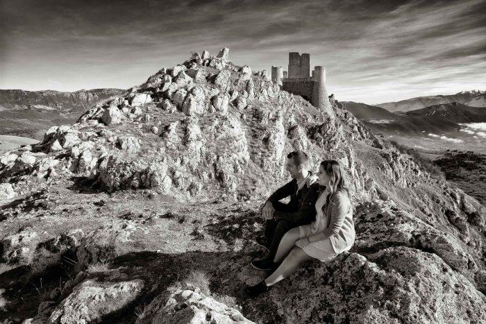 Servizo prematrimoniale a Rocca Calascio seduti sulla roccia