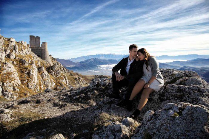 Servizo prematrimoniale a Rocca Calascio pausa affettuosa con castello sullo sfondo