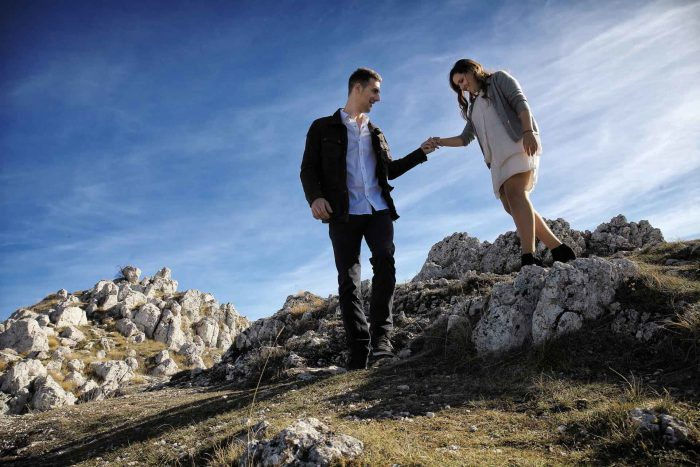 Servizo prematrimoniale a Rocca Calascio lui porge la mano alla compagna