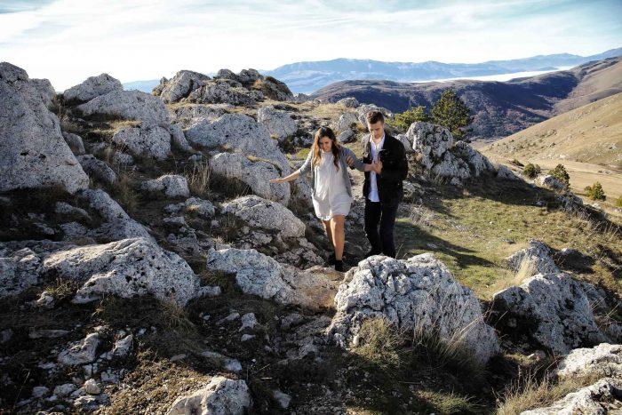 Servizo prematrimoniale a Rocca Calascio sostenersi tra le rocce
