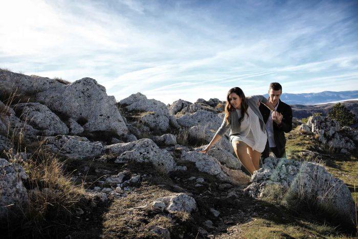 Servizo prematrimoniale a Rocca Calascio destreggiarsi in salita