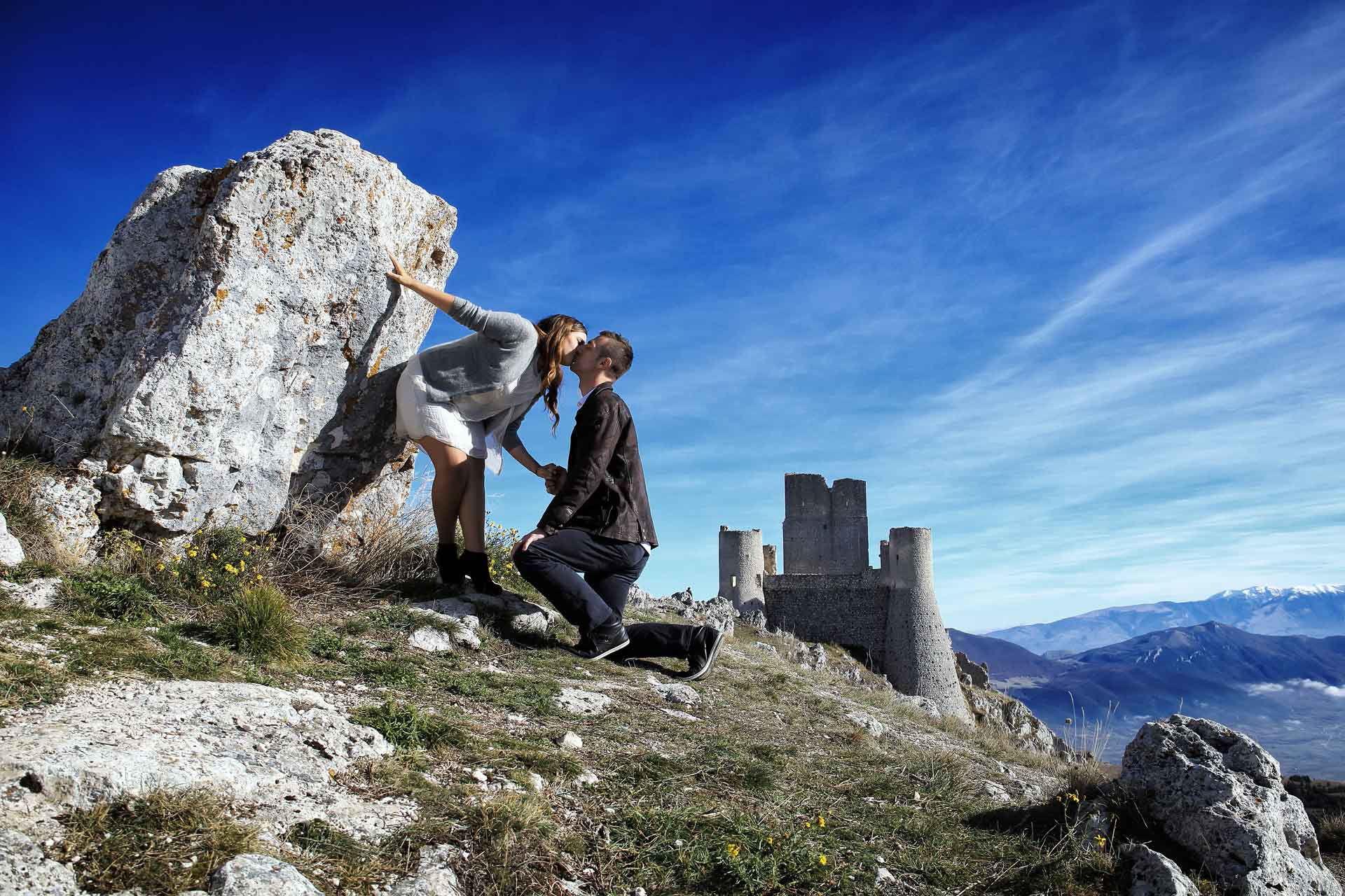 Fotografo di coppia, prematrimoniale a Rocca Calascio in Abruzzo, foto di fidanzamento in montagna, engagement session L Aquila