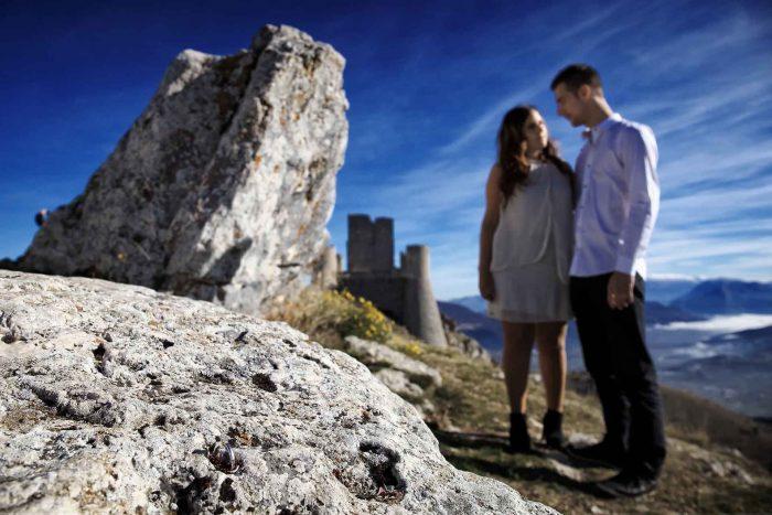 Servizo prematrimoniale a Rocca Calascio sguardo d'intesa