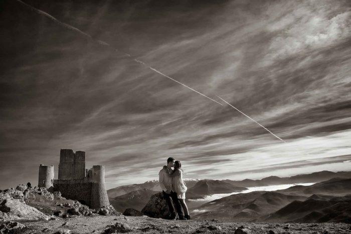 Servizo prematrimoniale a Rocca Calascio abbraciati in bianco e nero