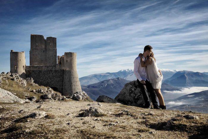 Servizo prematrimoniale a Rocca Calascio una montagna di abbracci
