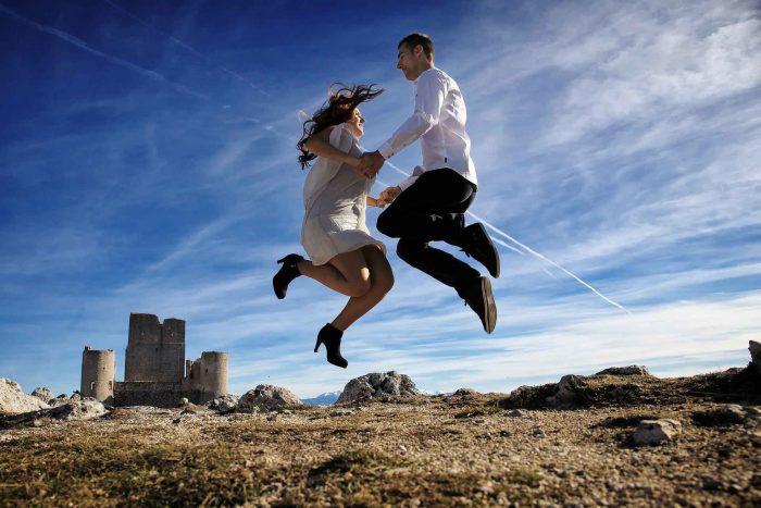 Servizo prematrimoniale a Rocca Calascio salto di gioia