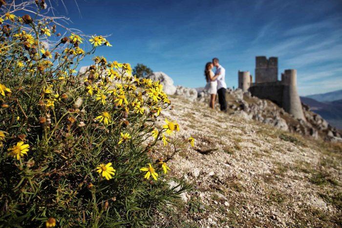 Servizo prematrimoniale a Rocca Calascio fiori gialli e tenere effusioni