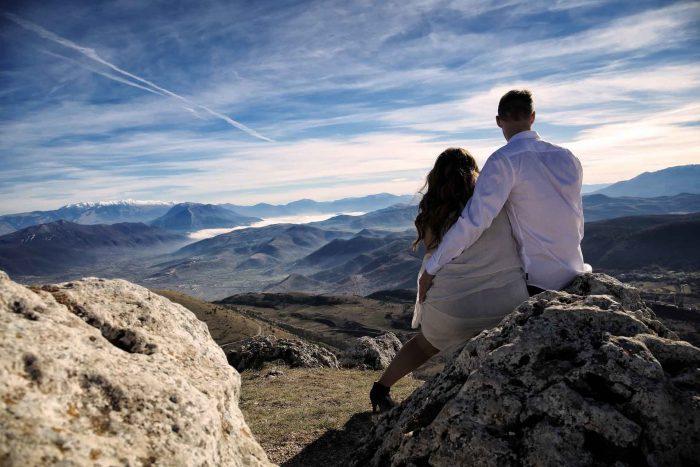 Servizo prematrimoniale a Rocca Calascio guardando all'orizzonte