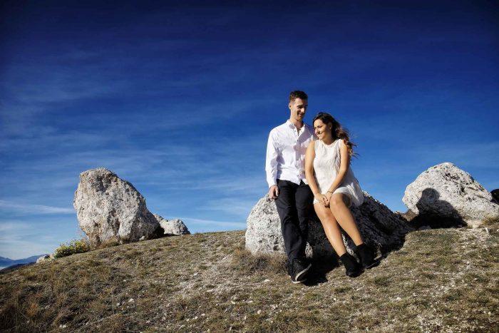 Servizo prematrimoniale a Rocca Calascio accoccolati sulla roccia