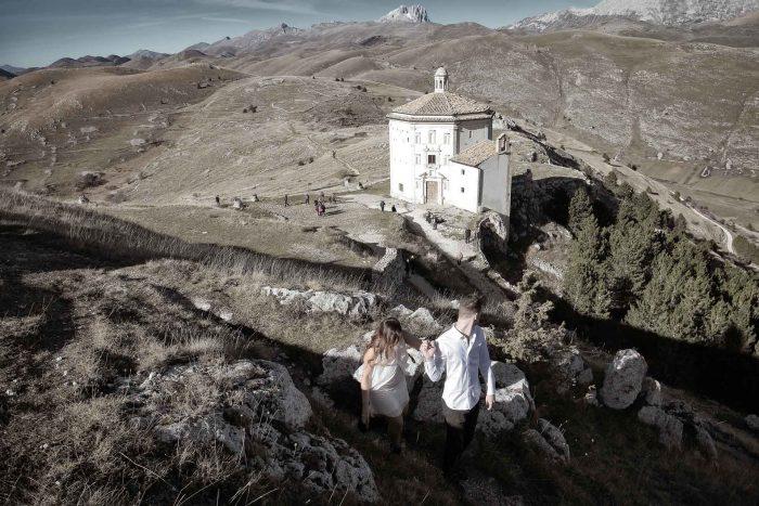 Servizo prematrimoniale a Rocca Calascio osservando la chiesa dall'alto