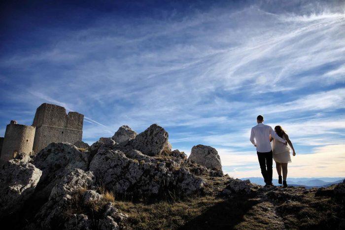 Servizo prematrimoniale a Rocca Calascio in cammino verso il castello