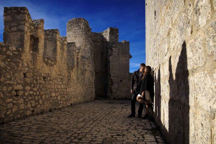 Servizo prematrimoniale a Rocca Calascio cinta muraria con torri e merlatura