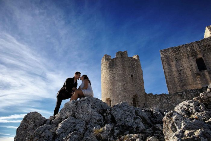 Servizo prematrimoniale a Rocca Calascio affettuosità sotto la torre