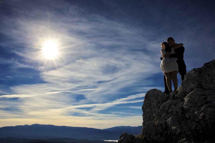 Servizo prematrimoniale a Rocca Calascio stretti sullo sperone al tramonto