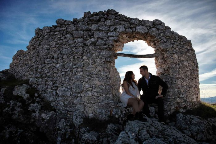 Servizo prematrimoniale a Rocca Calascio incorniciati dai resti del borgo