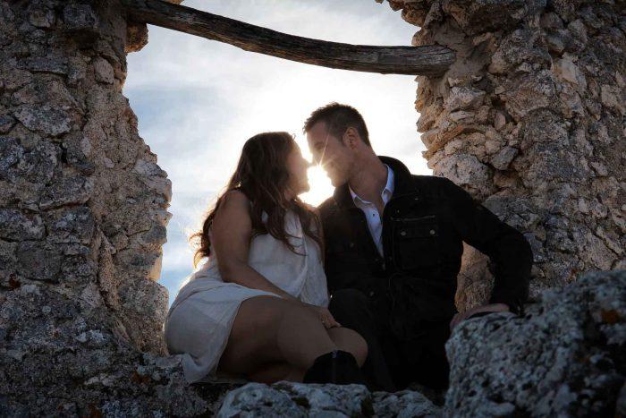 Servizo prematrimoniale a Rocca Calascio vicini in controluce