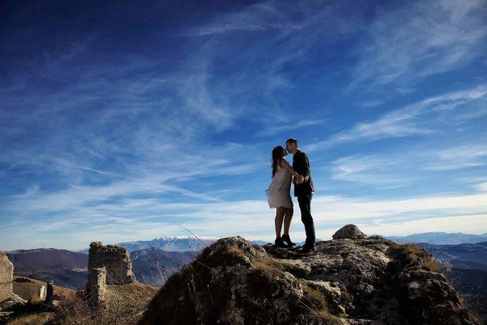 Servizo prematrimoniale a Rocca Calascio bacio ad alta quota