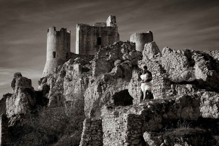 Servizo prematrimoniale a Rocca Calascio fortezza dal basso in bianco e nero
