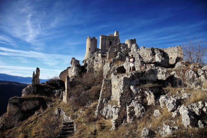 Servizo prematrimoniale a Rocca Calascio panoramica borgo e castello dal basso
