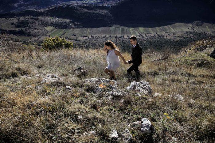 Servizo prematrimoniale a Rocca Calascio sulla strada del ritorno