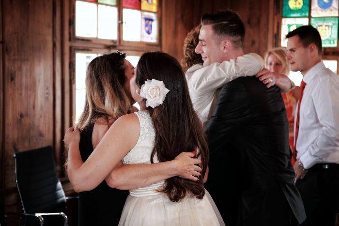 Reportage di matrimonio con l'abbraccio della madre agli sposi