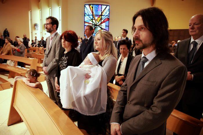 Scatti fotografici in chiesa nel giorno del Battesimo, madrina padrino genitori e la piccola festeggiata
