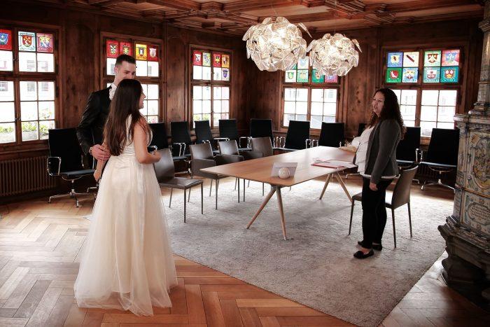 Servizio fotografico matrimoniale in Svizzera nella sala comuale di Bülach