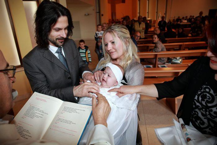 Sessione fotografica di Battesimo a Giulianova, un momento del rito