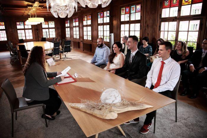 Gli sposi con i testimoni, rito civile al municipio di Bülach in Svizzera,